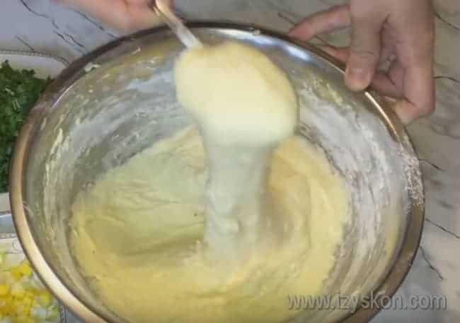 Тесто должно получиться довольно густым и вязким.