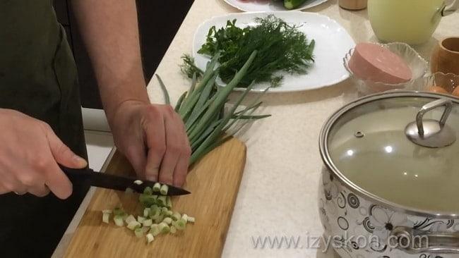 Перед тем как приготовить окрошку на сыворотке и сметане нарежьте лук.