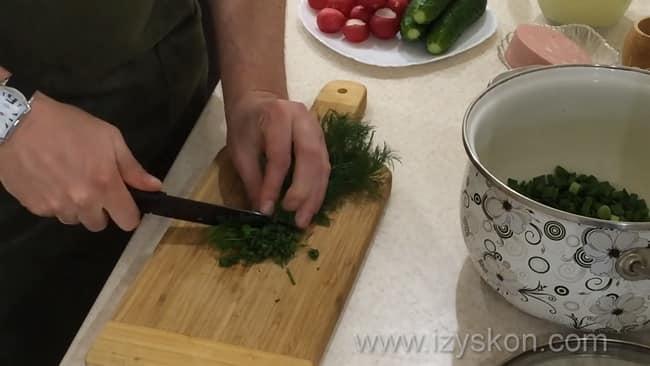 Перед тем как приготовить окрошку на сыворотке и сметане нарежьте укроп.