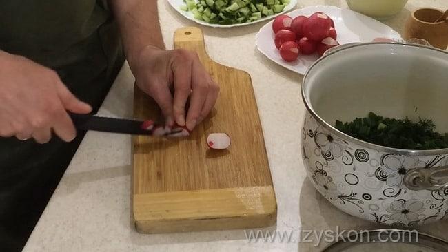 Перед тем как приготовить окрошку на сыворотке и сметане нарежьте редис.
