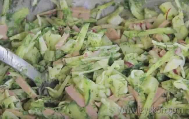 После того, как мы смешали ингредиенты для окрошки на кефире в одной миске, осталось только добавить в нее кефир и минералку.