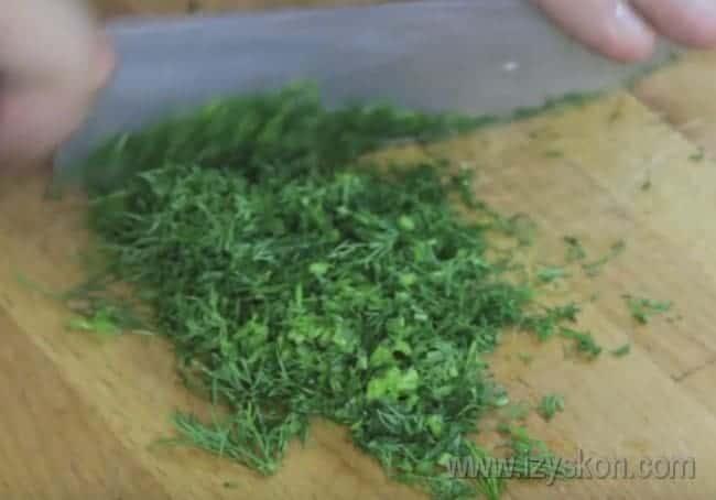 Смешав ингредиенты для окрошки на кефире, добавьте в ним также укроп.