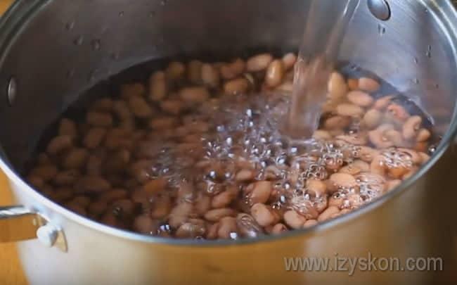 Очень важно предварительно замочить фасоль, иначе варить ее придется очень долго.