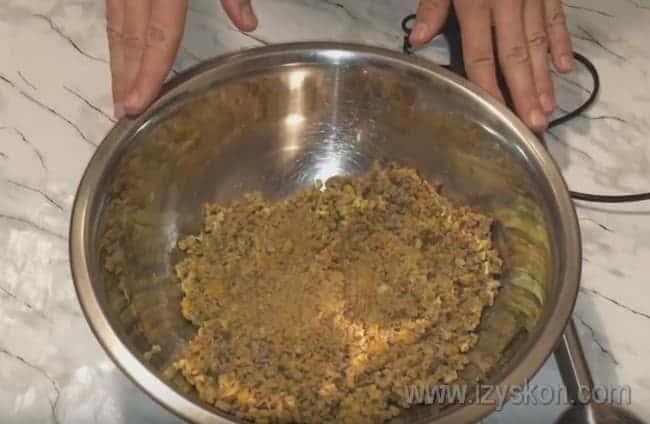 Все компоненты для блюда перемешиваем и измельчаем при помощи блендера, кухонного комбайна или мясорубки.