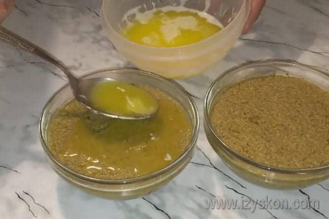 Чтобы блюдо лучше хранилось, заливаем его сверху растопленным сливочным маслом.