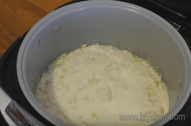 Выкладываем начинку и заливаем ее оставшимся тестом.