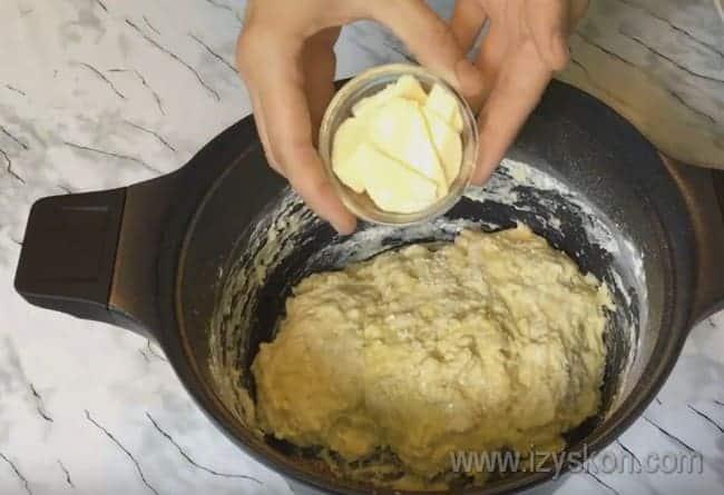 В тесто для макового пирога вмесите масло.