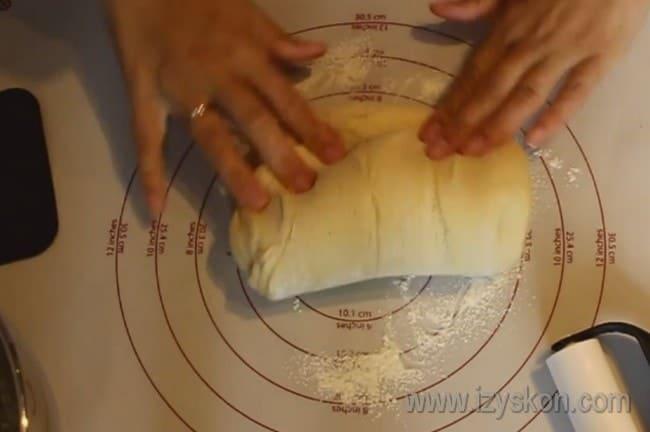 Еще немного вымешиваем тесто на столе.