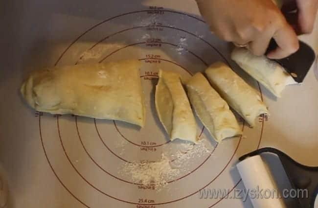 Тесто разделяем на порционные кусочки.