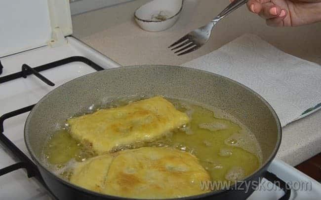 Обжариваем пирожки с двух сторон в хорошо разогретом растительном масле и подаем на стол!