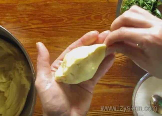 Тщатеьно защипываем края пирожка, чтобы при выпечке из него не вытекал сок.