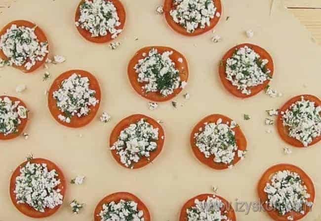 Разложив на тесто помидоры, выкладываем на них творожную начинку.
