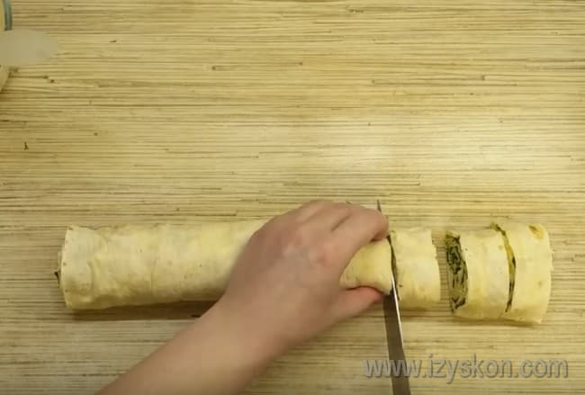 нарезаем получившийся рулет на порционные пирожки.