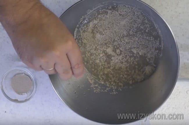 Для начала разводим дрожжи в теплой воде с сахаром и солью.