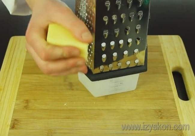 Для пиццы натрем на терке твердый сыр.