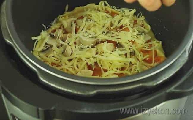 Посыпаем заготовку тертым сыром.