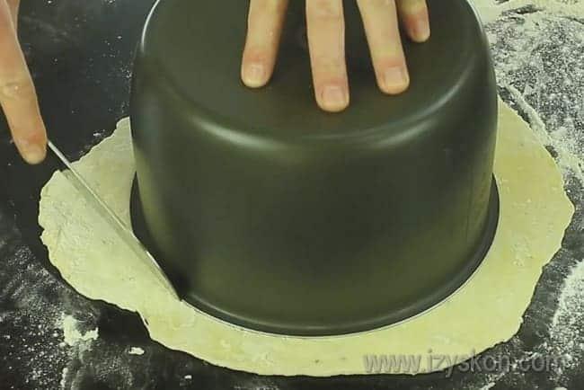 раскатав тесто, вырезаем из него соответственно размеру чаши мультиварки.