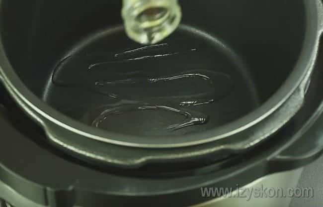 Дно чаши мультиварки смазываем растительным маслом.