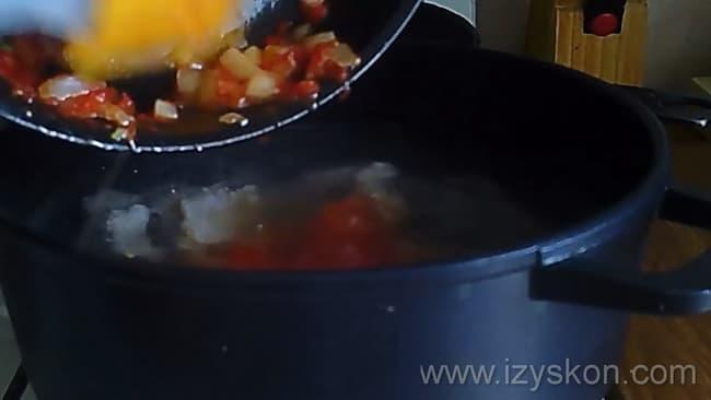 Перед тем как сварить харчо из свинины, добавьте заправку в кастрюлю.