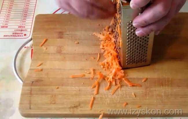 Перед тем как сварить грибной суп из шампиньонов натрите морковь.