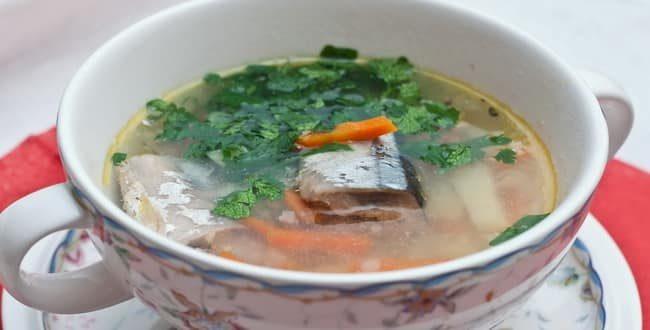 Сытный суп из рыбных консервов сайра готов. можно подавать на стол.