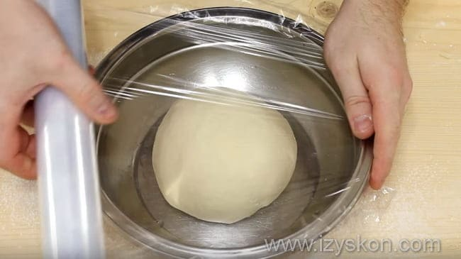 тесто накрываем пищевой пленкой