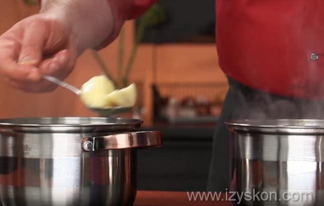 картофель перекладываем в кастрюлю с супом