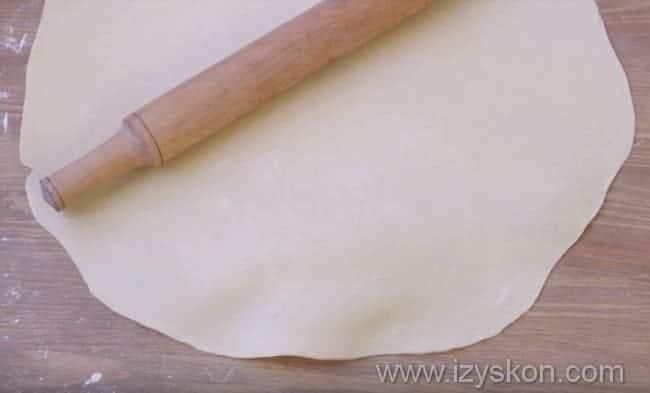 тесто раскатываем в тонкий пласт