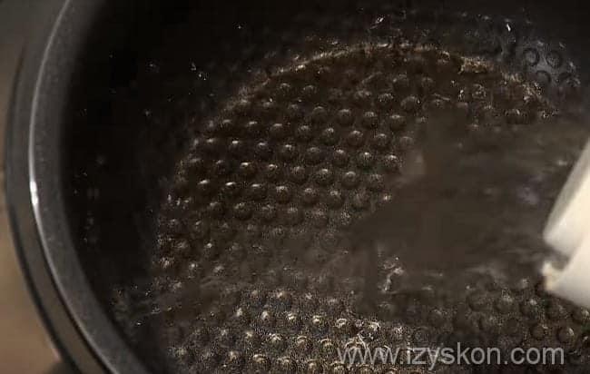 в чашу мультиварки вливаем воду