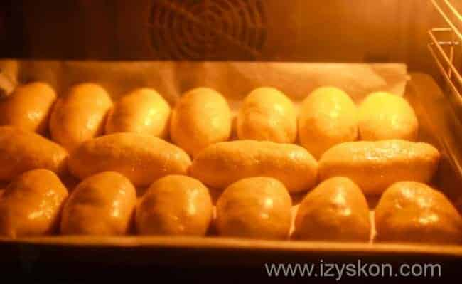Готовим пышные пирожки из слоеного теста с яблоками в духовке