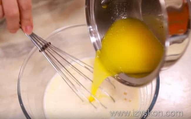 Добавляем слегка подтаявшее масло в молочно-яичную смесь