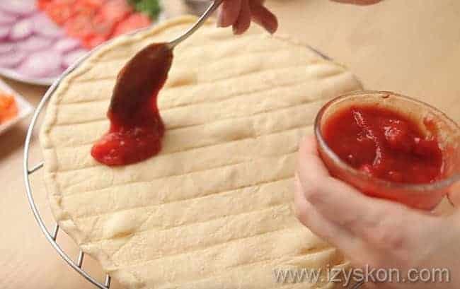 кетчупом промазываем основу для пиццы