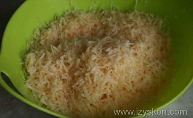 натираем сыр в отдельную посуду