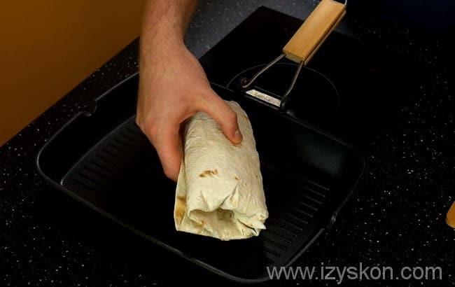 сосиска в лаваше выкладывается на сковороду-гриль