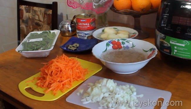 Измельчаем очищенный лук и на крупной терке натираем морковку
