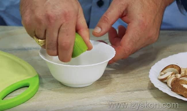 выдавливаем сок лайма