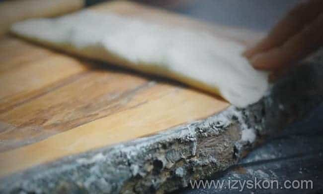 накрываем фарш второй половиной лепешки и хорошенько защипываем края