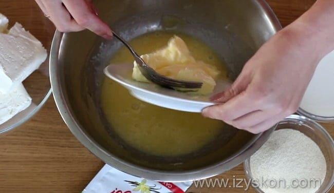 Выкладываем в яичную смесь сливочное масло