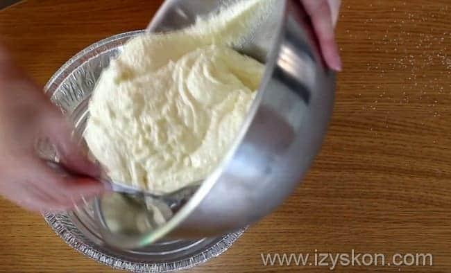 Далее выкладываем в форму для выпекания получившееся тесто из творога