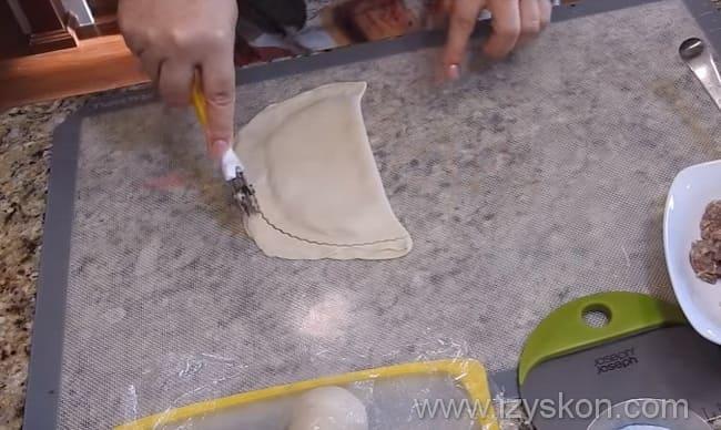 Как приготовить чебуреки с рубленным мясом по детальному рецепту