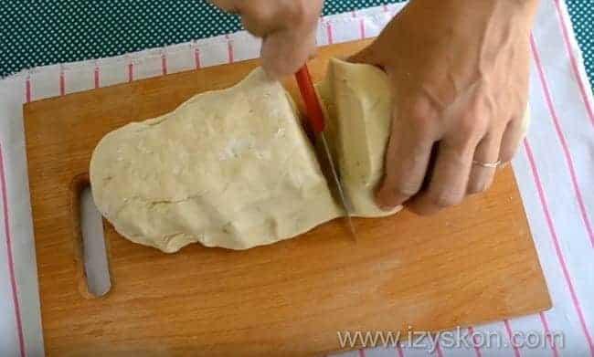 разрезаем тесто на две части