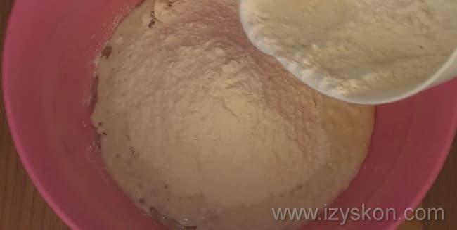 Для приготовления булочек для бургеров по рецепту, добавьте в опару муку.