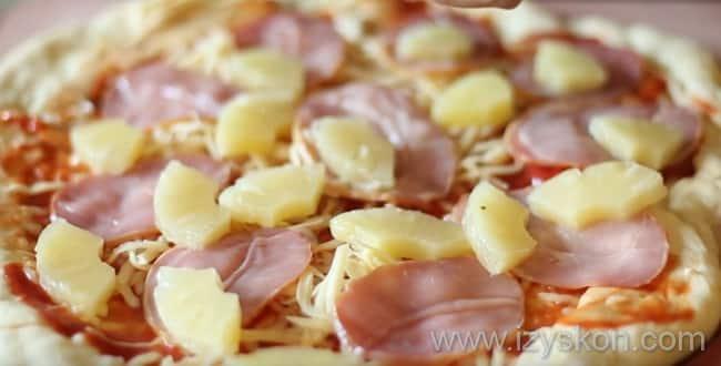Что бы приготовить гавайскую пиццу с ананасами и ветчиной - нарезаем ананасы и выкладываем на пиццу