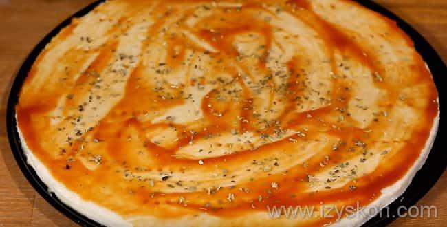 Для гавайской пиццы с курицей и ананасами - смазать тесто кетчупом