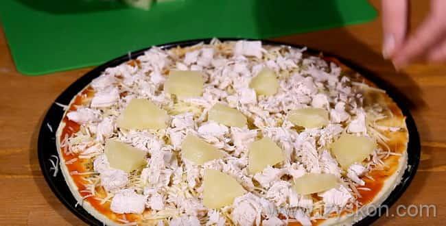 Для гавайской пиццы с курицей и ананасами - на тесто кладем курицу и ананасы