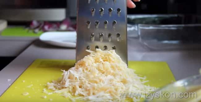 Натираем сыр для картофельной запеканки