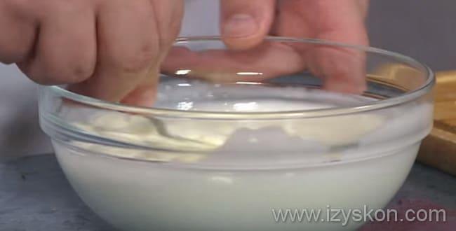 В миску с сыром добавляем молоко и перемешиваем