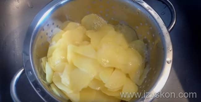 Картофельная запеканка с сыром готовиться с обжарки картофеля