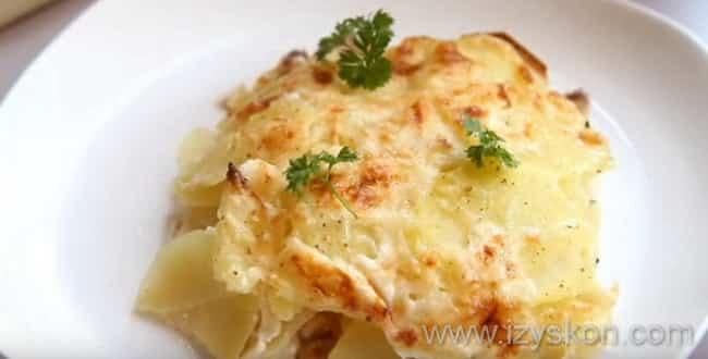 Режем картофельную запеканку с сыром на кусочки