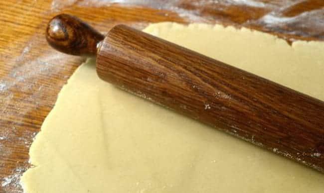 Перед тем как приготовить печенье юбилейное раскатайте тесто.